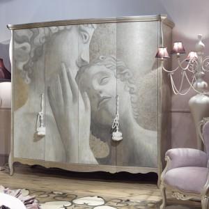Trzydrzwiowa drewniana szafa Liberty marki Giusti Portos z dekoracją prosto z greckiej mitologii - Amor i Psyche. Fot. Giusti Portos