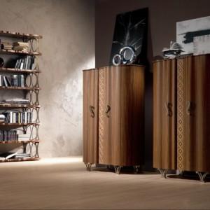 Szafa o zaokrąglonych drzwiach w wybarwieniu orzech zdobiona ręcznie inkrustowanym dekorem. Fot. Carpanelli