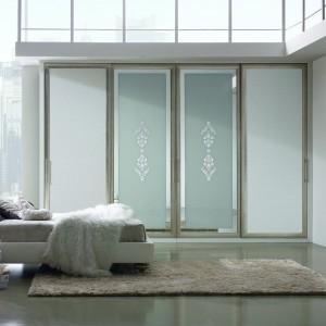 Szafa z kolekcji Morfeo marki Ferretti łączy klasyczność z nowoczesnością. Jej przesuwne drzwi wykonane zostały z połączenia drewna, luster i skóry. Fot. Ferretti