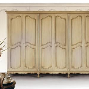 Sześciodrzwiowa szafa z kolekcji klasycznych mebli do sypialni Strauss w jasnym wybarwieniu drewna. Fot. Cappellini