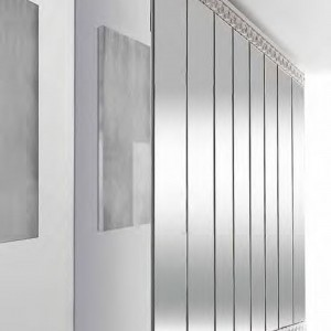 W całości wykonana ze szkła o lustrzanej strukturze szafa Casanova z kolekcji Glamour marki Reflex. Fot. Reflex