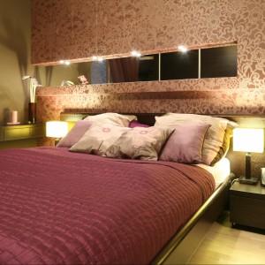 W sypialni fiolet w swej ciepłej odsłonie balansuje na granicy z różem, tworząc niezwykle przytulne miejsce wypoczynku. Projekt Agnieszka Januszkiewicz Fot. Bartosz Jarosz