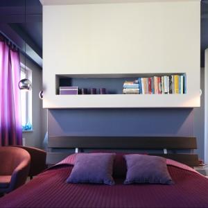 Śliwkowe, intensywne fiolety obecne we wszystkich dodatkach tej sypialni doskonale prezentują się na tle fiołkowych ścian. Projekt Arkadiusz Grzędzicki Fot. Bartosz Jarosz