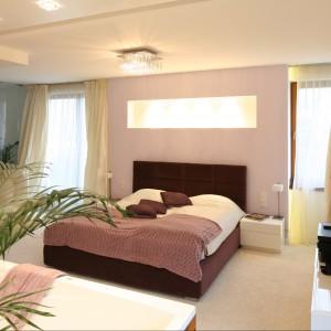 Fiolet w ciepłej osłonie podkreśla przytulny, wypoczynkowy charakter sypialni. Projekt Katarzyna Mikulska-Sękalska Fot. Bartosz Jarosz