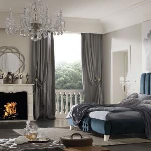 Turkusowe łoże w stylu glamour z tapicerowanym zagłówkiem przypominającym muszlę, z której narodziła się sama Wenus. Fot. Arve Style