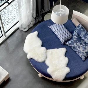 Tapicerowane łóżko Riva del Garda wyróżnia okrągła forma. Dostępne jest w 12 kolorach. Fot. Marchetti