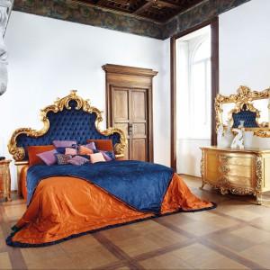 Aura to barkowe, bogato zdobione łoże w wersji modern z tapicerowanym zagłówkiem w kolorze niebieskim. Fot. Silik