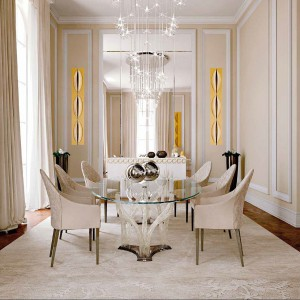 To propozycja jadalni klasycznej z nutką glamour od firmy Reflexa. Szklany stół z kolekcji Flambe'72, tapicerowane krzesła z kolekcji Peggy Alta, niska komoda z kolekcji Casanova, oświetlenie nad stołem z kolekcji Stella.