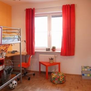 W tym pokoju chłopca na próżno szukać kolorów w odcieniach  niebieskiego. Zastępuje je czerwień i pomarańcz. Fot. Archiwum Dobrze Mieszkaj.