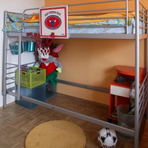 Metalowa konstrukcja łóżka jest stabilna, a także dobrze prezentuje się w pokoju małego mężczyzny. Fot. Archiwum Dobrze Mieszkaj.