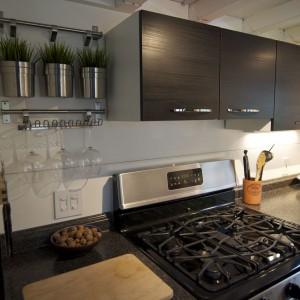 Proste i nowoczesne szafki kuchenne. Fot. TinyHouseBuild.