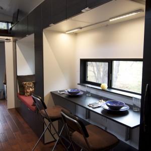 Jadalnia dla dwóch osób znajduje się pod oknem. Fot. TinyHouseBuild.