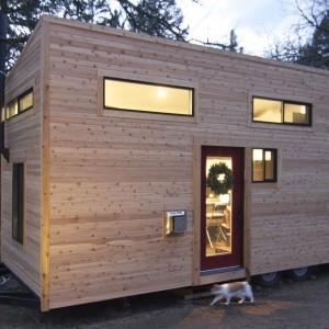 Widok mobilnego domu z zewnątrz. Budynek zaskakuje nowoczesnym wyglądem. Fot. TinyHouseBuild.