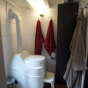Malutka łazienka. Fot. TinyHouseBuild.