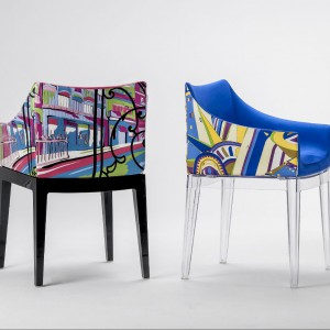 Marka Kartell zaprezentowała m.in ciekawe krzesła Madame World of Emilio Pucci zaprojektowane przez Philippe Starcka. Fot. Kartell.  Krzesła obrano w tkaniny z kolekcji słynnego projektanta mody Emilio Pucciego.