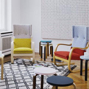 Tapicerowane krzesła projektu Helli Jongerius to propozycja marki Artek. Fot. Artek.