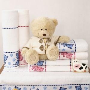 Kolekcja ręczników dla dzieci Tofik. Dostępne w trzech rozmiarach 30x50 cm, 50x70 cm, 70x125 cm. Od 10 zł, Greno.