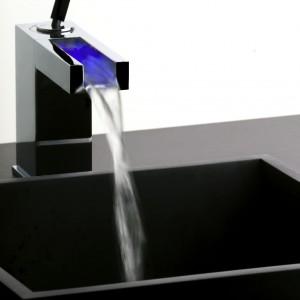 Rettangolo Colour to typ baterii umywalkowej stojącej lub umywalkowej ściennej z podświetlaną kaskadą, zmieniającą kolor odpowiednio do temperatury ciepłej i zimnej wody. Od 6.222 zł, A'QUA Design.