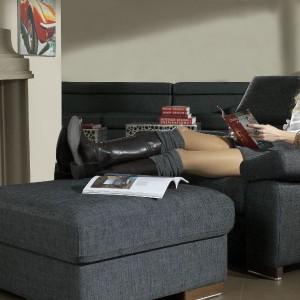 Fotel z kolekcji Bilbao łączy proste formy z komfortem i praktycznością. Możliwość regulacji oparcia oraz podnoszonych podłokietników, dowolny wybór tkanin obiciowych. Wym. 71/106/95. Od 1.778 zł, puf (75/75/40) od 674 zł, Bizzarto.