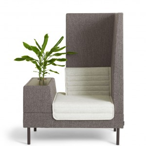 Fotel z nowej kolekcji Smallroom zaprojektowanej przez Ineke Hans. Skrzyneczka, zamiast podłokietnika, może służyć jako miejsce do pracy, do przechowywania albo miejsce na kwiat. Konstrukcja drewniana, siedzisko i oparcie wypełnione pianką. Dostępny w tkaninie lub skórze, nóżki chromowane lub lakierowane na kolor. Wym.134/101/72. 10.100zł, Offect.