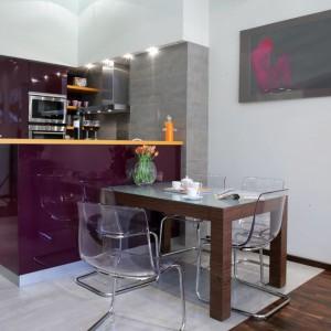 Kuchnia znajduje się w otwartej przestrzeni dziennej. Do części wypoczynkowej oddziela ją podwyższony bar, dzięki czemu cała strefa robocza pozostaje niewidoczna od strony salonu. Projekt: Katarzyna Krochmal. Fot. Monika Filipiuk-Obałek.