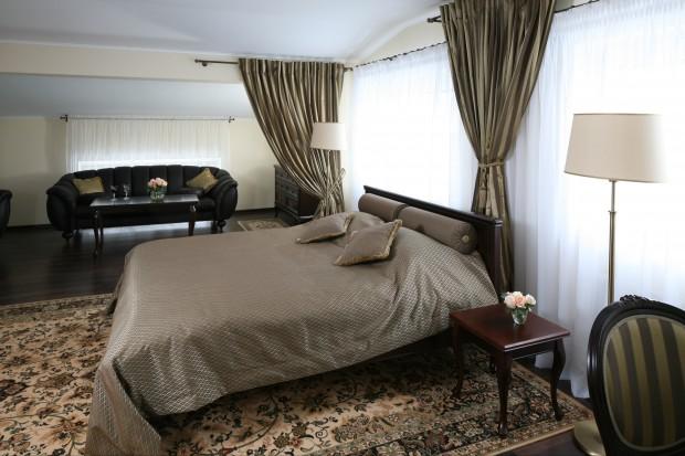 Zaprojektowana w klasycznej poetyce sypialnia zachwyca harmonią i elegancją. Tu sen przychodzi niepostrzeżenie, a noc jest miła i łagodna.