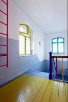 Ten projekt prezentuje, jak niewiele inwestując, właściwie głównie za pomocą kolorów, można zmienić dzieciom przestrzeń. Nasuwa się więc pytanie…czemu szkoły i przedszkola w Polsce wyglądają tak szaro i brzydko?