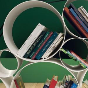 Połączone ze sobą rolki tworzą oryginalny mebel na książki w dużym i małym formacie. Fot. Twils.