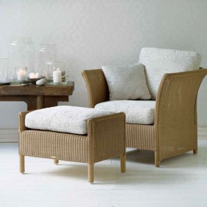 Dzięki takim meblom salon wygląda lekko i naturalnie. Fot. Sika Design.