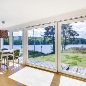 Bajeczne widoki na jezioro i okoliczne lasy. Fot. Svenskfast.se.