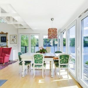 Część dzienna domu z ogromnymi panoramicznymi przeszklaniami z widokiem na jezioro. Fot. Svenskfast.se.