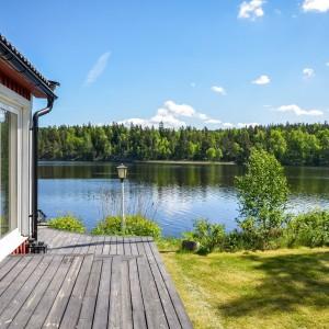 Widok z tarasu na jezioro. Fot. Svenskfast.se.