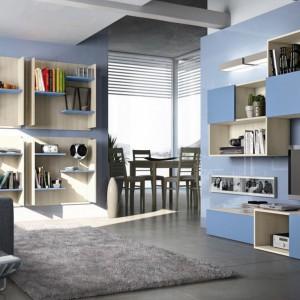 Błękitne fronty meblościanki nawiązują do koloru ścian. Fot. Colombini Casa.