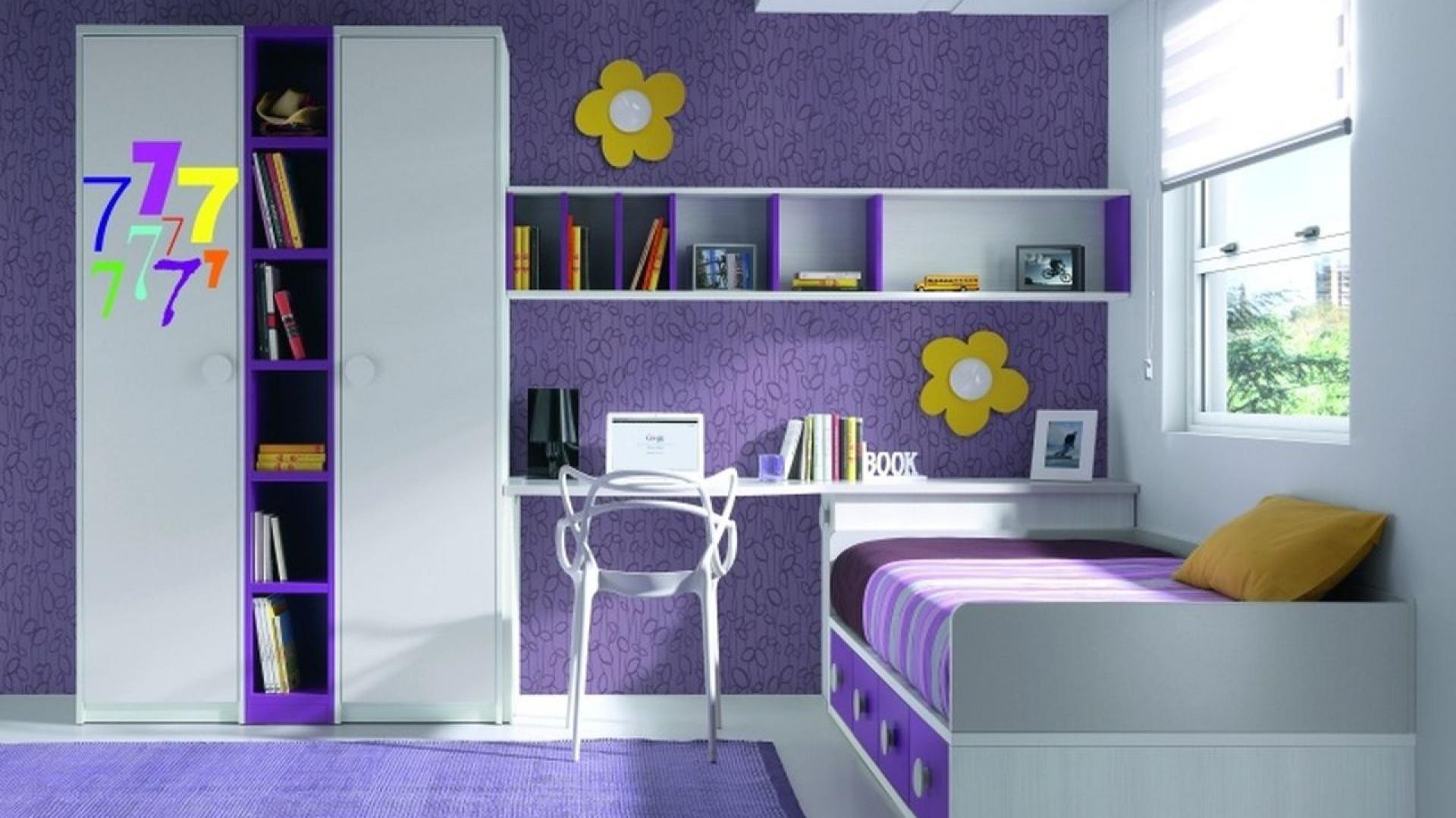 Ciemnofioletową ścianę rozjaśniają dekoracje w postaci żółtych kwiatków. Fot. Muebles Lara.