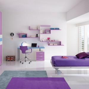 Biały pokój urozmaicają meble i dodatki o różnym stopniu intensywności barwy. Fot. Spar.it.