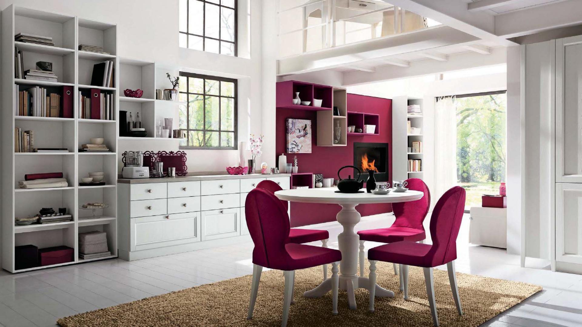 Krzesła w strefie jadalnianej są w tym samym kolorze co ściana w  wypoczynkowej części salonu. Seria Neve e Ciclamino marki Callesella. Fot. Callesella.