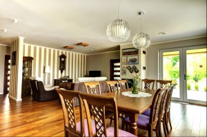 Stylowe wnętrze z elementami retro. Jasne odcienie kawy i wrzosowe dodatki budują harmonijne i przytulne wnętrze. Wiele miejsca poświęcone zostało obrazom i pamiątkom z podróży odbytych przez właścicieli domu. To one nadadzą mu charakter i spersonalizują przestrzeń.