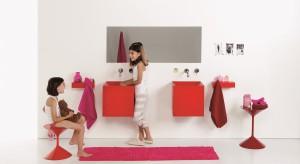 Jeśli pozwala na to metraż domu, warto zainwestować w oddzielną łazienkę dla dzieci. Jeżeli nie, postarajmy się, by toaleta dla całej rodziny była jak najbardziej dla nich przyjazna, bezpieczna i kolorowa.