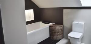 Jeden dom i dwie łazienki i to w zupełnie innym stylu. Przedstawiamy Państwu już drugą z łazienek w domu jednorodzinnym w Kolumnie. Tym razem właścicielom zależało aby ich łazienka była bardzo przytulna , nie tracą charakteru nowoczesnego jaki znajdziemy w całym domu. Jest ciepła, beżowo-brązowa z elementami drewna. Jest wyposażona w dużą wannę. Daje poczucie komfortu.