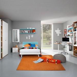 Szafa i liczne półki zwiększają szanse na utrzymanie w pokoju porządku. Fot. Colombini Casa.