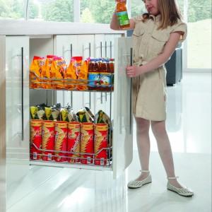 Uzupełnienie wysokich szaf – cargo do szafek podblatowych. W wersji mini przydać się może np. na produkty dla dzieci, do których najmłodsi z powodzeniem dosięgną. Na zdjęciu: cargo mini dwupoziomowe, prowadnice pełnego wysuwu z miękkim dociągiem. Producent: Rejs.