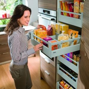 Pojemna szafa na zapasy Space Tower. Dzięki pięciu osobno wysuwanym szufladom oferuje dużo miejsca na produkty żywnościowe. Pojedynczo wysuwane szuflady to także dobry dostęp do przechowywanych produktów – z każdej ze stron, a pełne dna szuflad chronią przed przesypywaniem produktów z ewentualnie uszkodzonego opakowania. Producent: Blum.