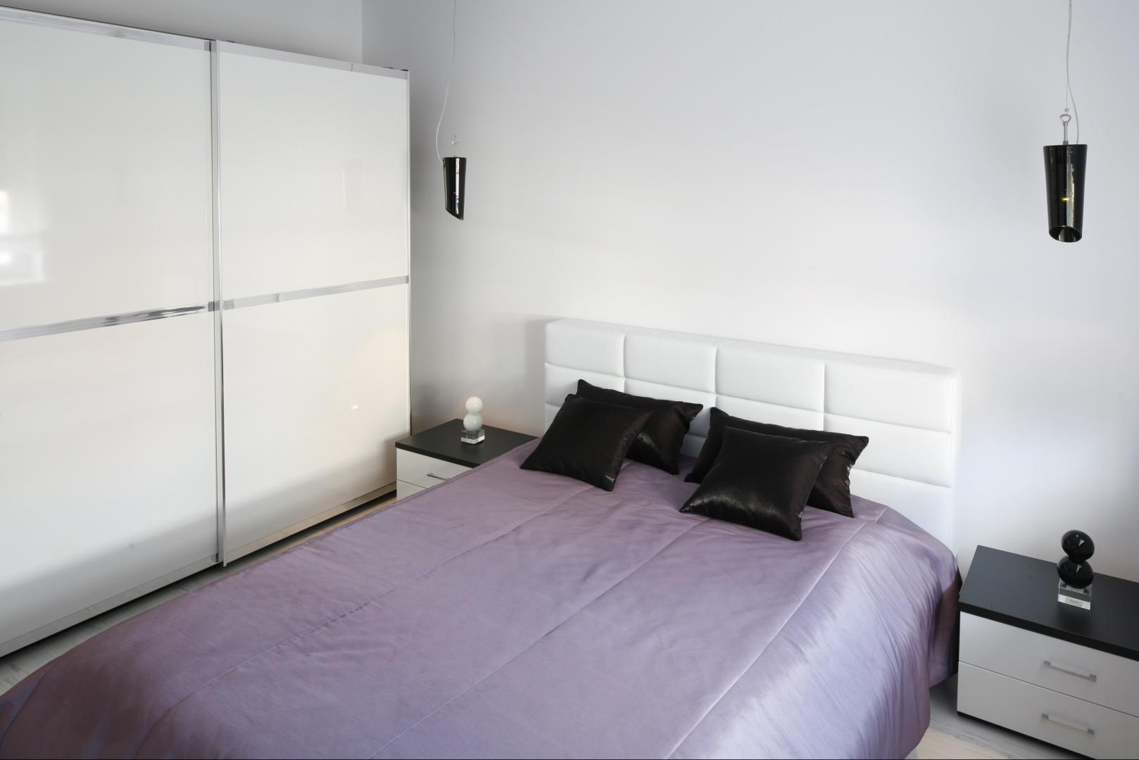 Wszechobecna biel...  Kolor biały - pomysł na małą sypialnię