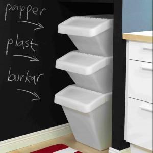 Przenośne kosze do segregacji odpadów Sortera. Materiał: tworzywo polipropylenowe, można stawiać jeden na drugim. Od 22,99 zł, IKEA.