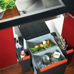 Sortownik Cube  ma dwa pojemniki na odpady, dostępne różne funkcjonalnośi otwierania - wysuwane razem z frontem szafki, wysuwane automatycznie lub ręcznie. 459 zł (wysuwane ręcznie), Franke