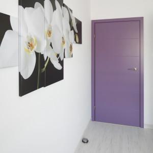 Przeskalowany zdjęcia białego storczyka umieszczono aż na czterech płótnach tworząc asymetryczny, nietypowy obraz. Projekt Joanna Ochota. Fot. Bartosz Jarosz.
