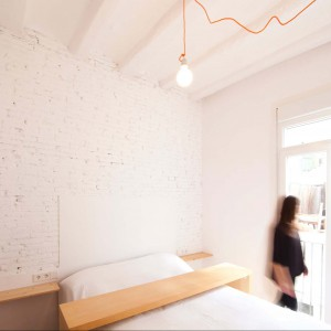 Białą cegłę na ścianie zastosowano także w sypialni. Fot. Eva Cotman.