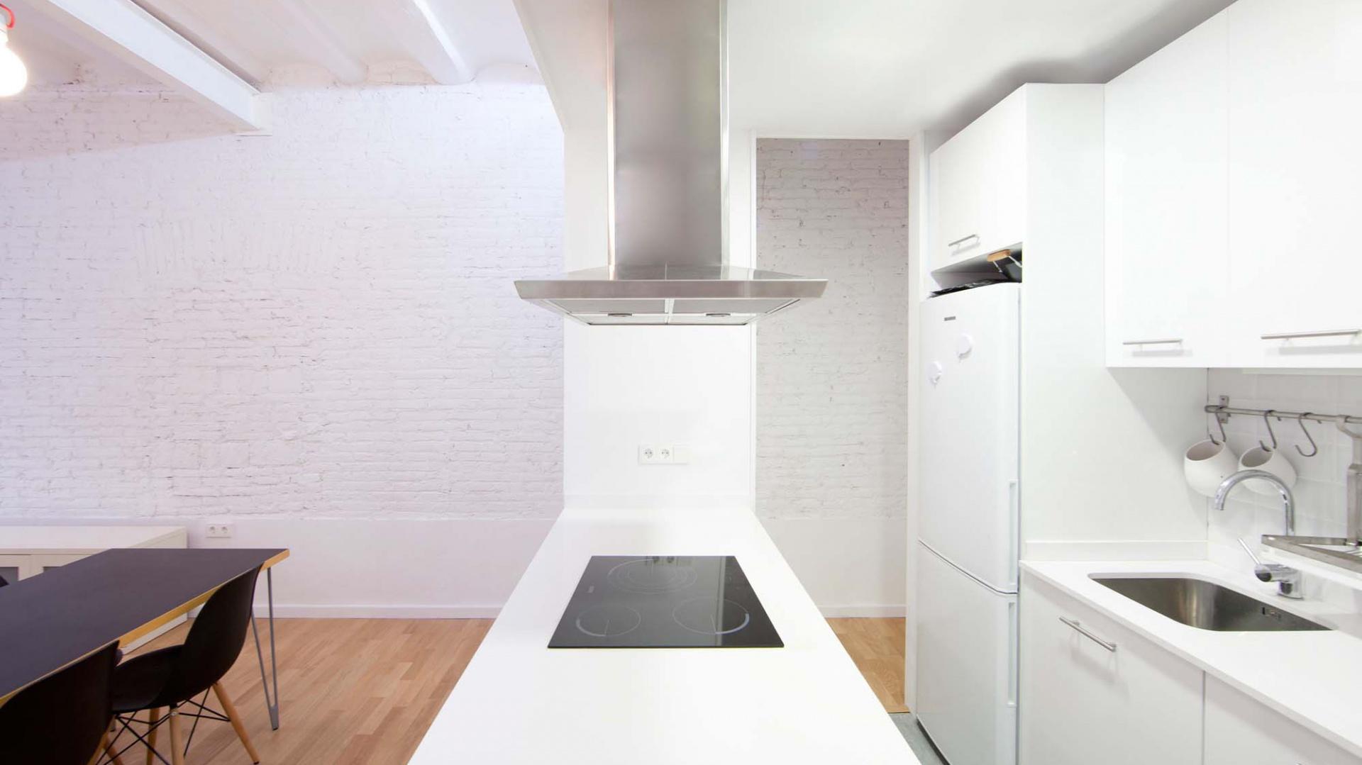 Nowoczesna kuchnia w bieli. Fot. Eva Cotman.