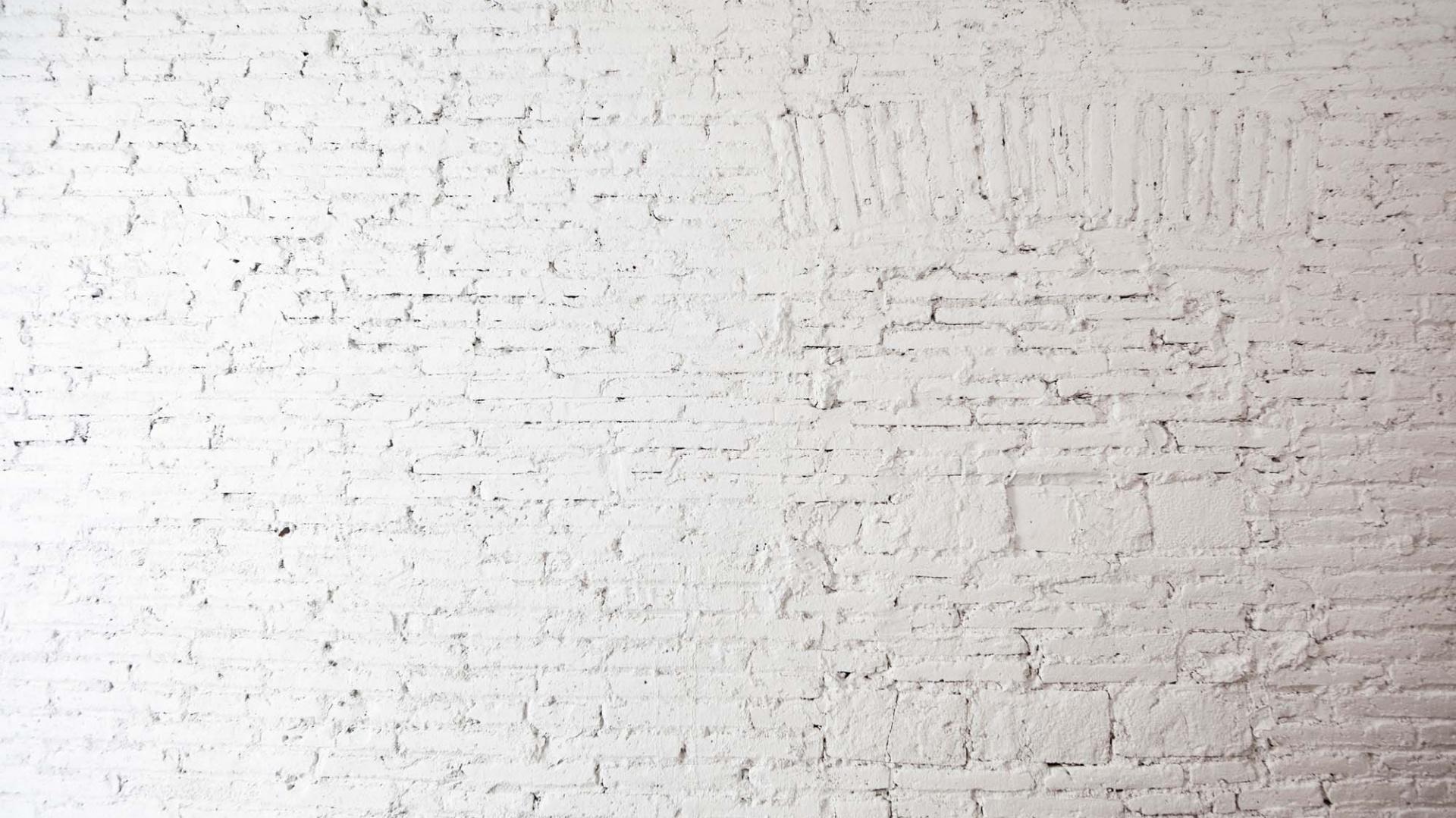 Historyczna cegła, wydobyta na światło dzienne i pomalowana na biało. Fot. Eva Cotman.