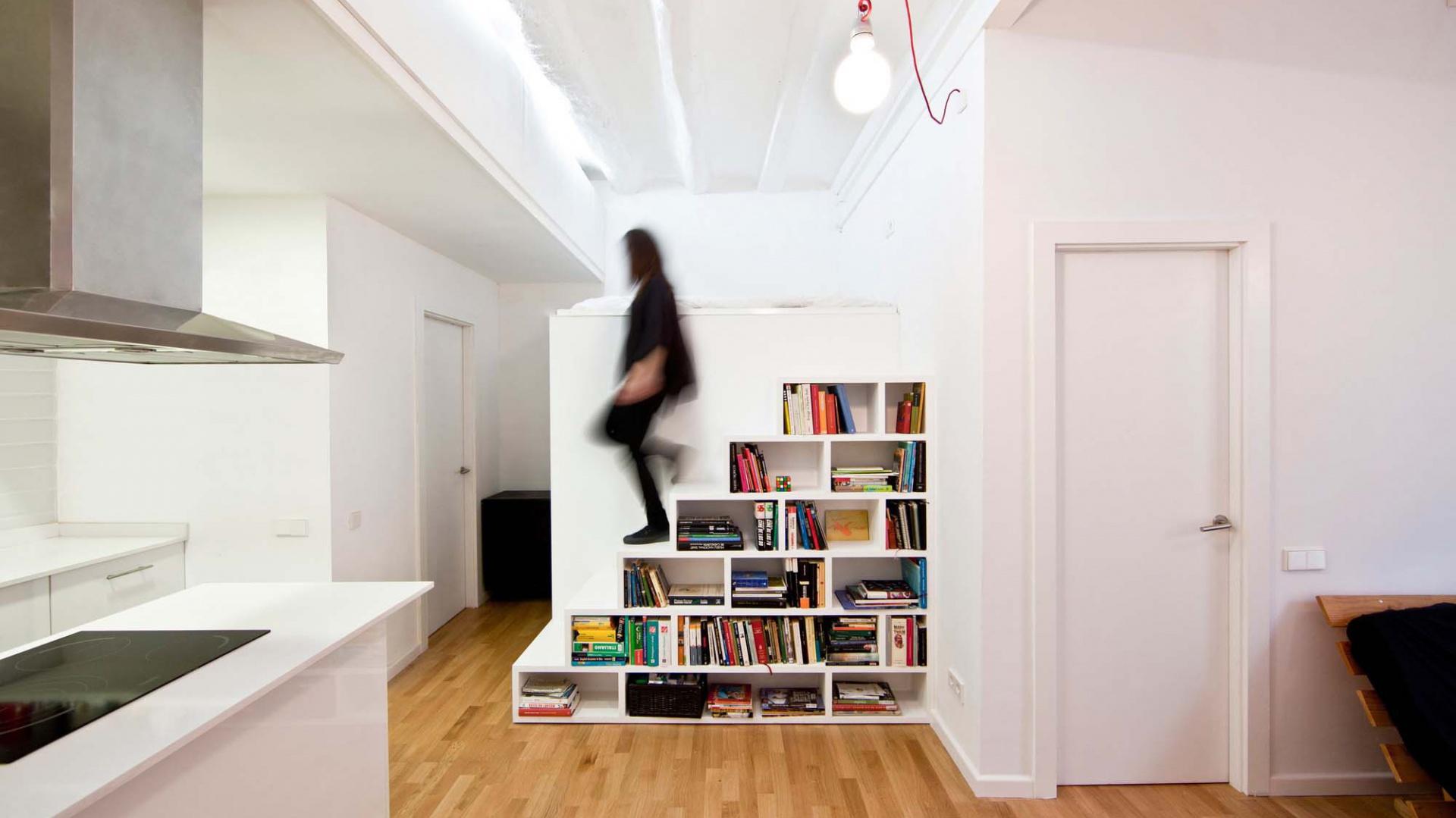 Schody i regał na książki w jednym? Dlaczego nie! Fot. Eva Cotman.